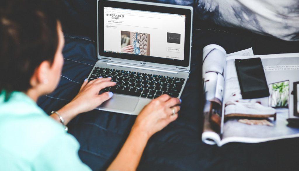 bed-blogging-browsing-6356